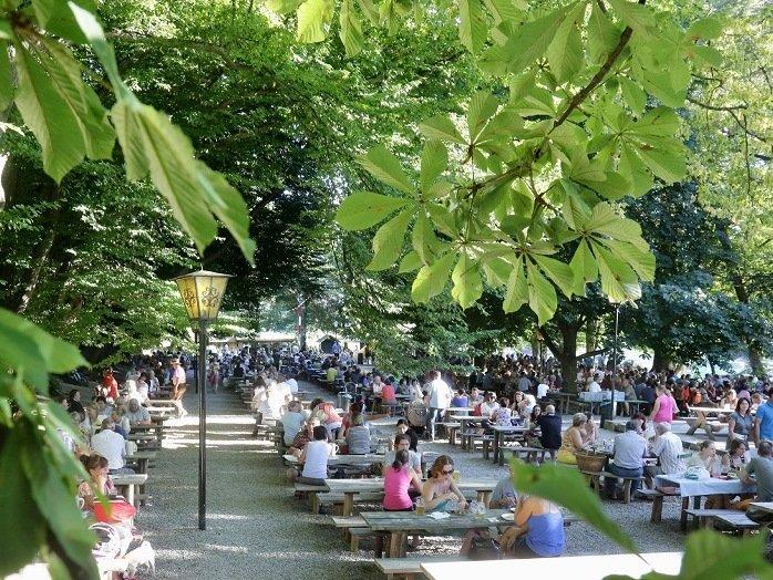 ayerische Gemütlichkeit unter Kastanienbäumen - der Biergarten Schloßallee Haag