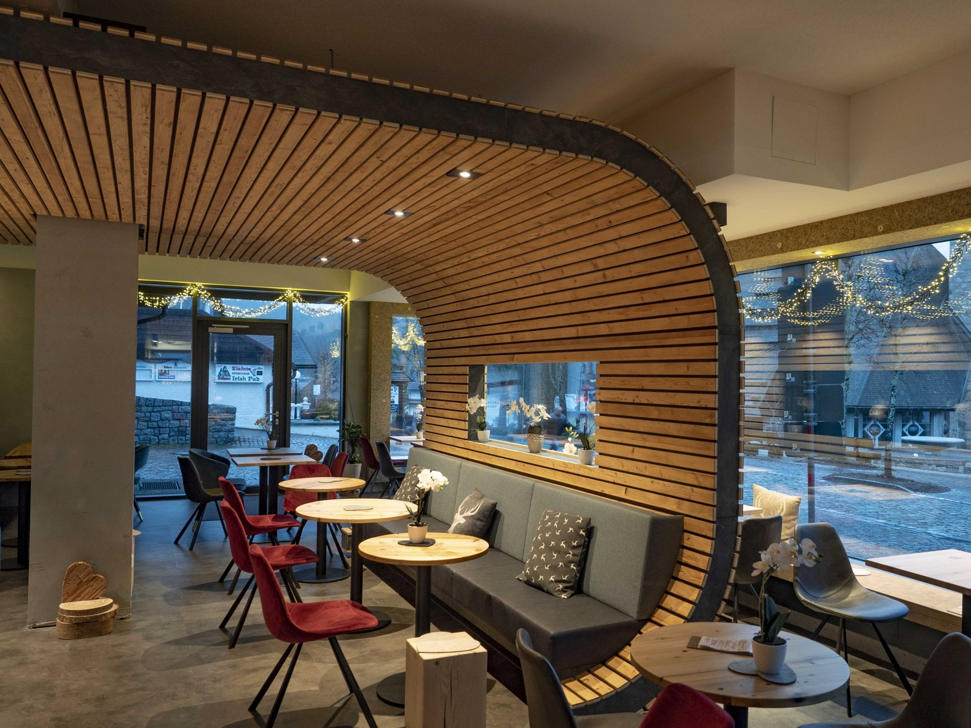 Sitzgelegenheiten im Café-Bistro A-Heu