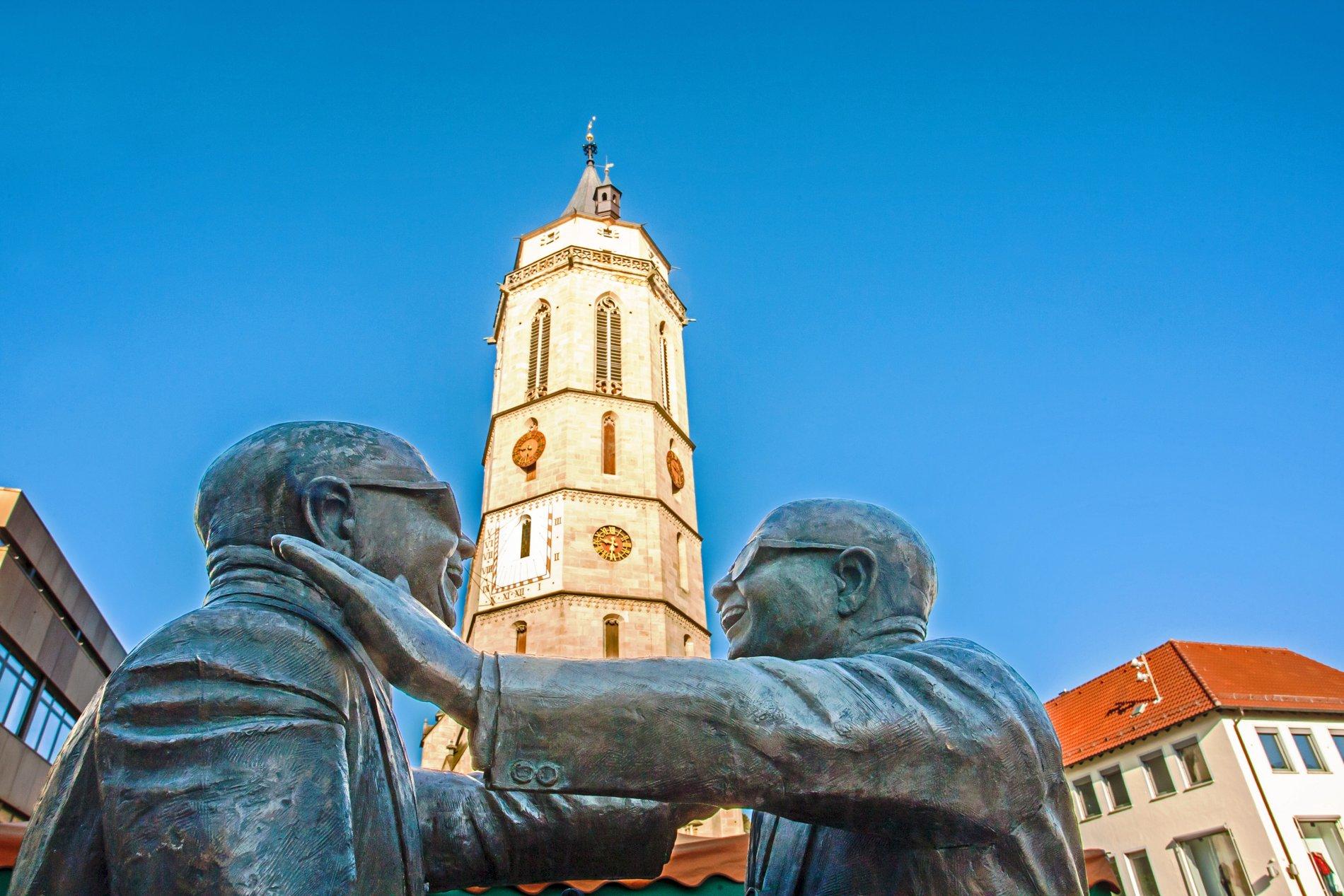 Figuren in der Balinger Innenstadt vor der evangelischen Stadtkirche