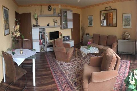 Wohnzimmer mit Essbereich, Sofa, Sesseln und Fernseher