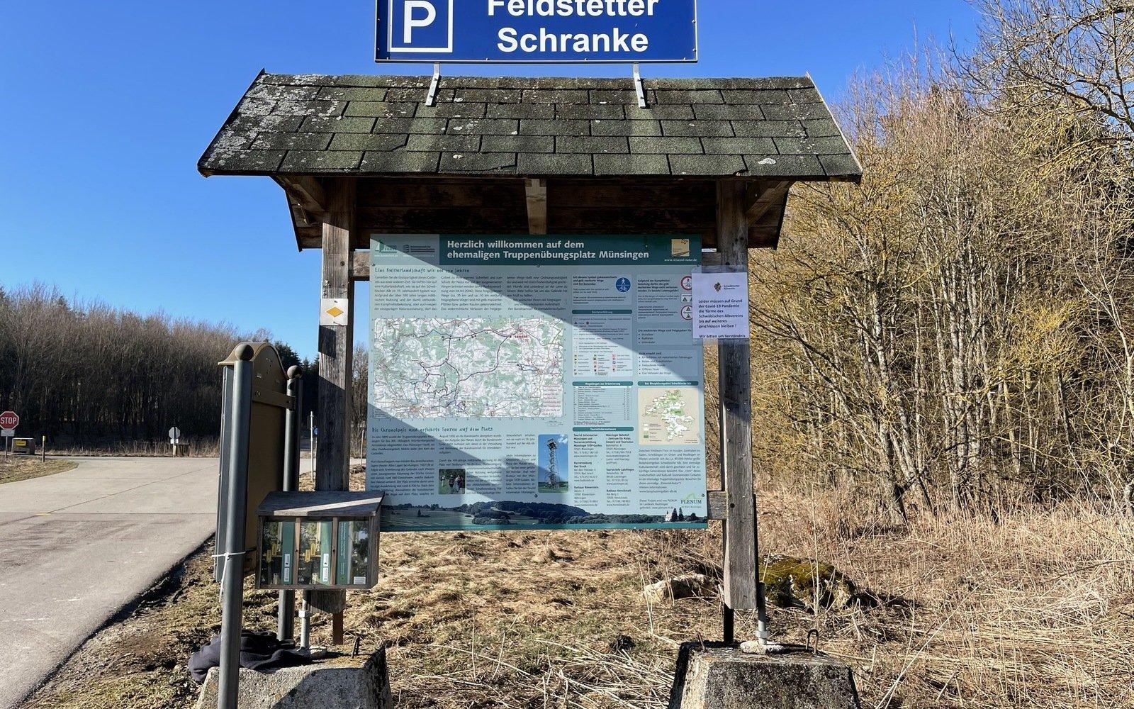 Eine Wanderparkplatztafel auf zwei Betonsockeln
