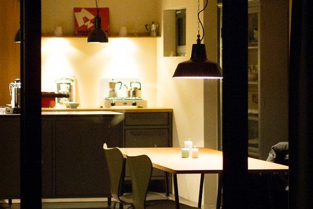 Graue Küche mit hellem Tisch und grauen Stühlen