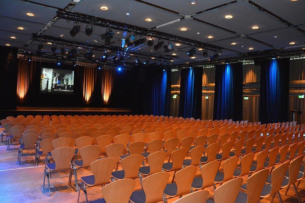 Bühne und Veranstaltungssaal in der Luitpdhalle