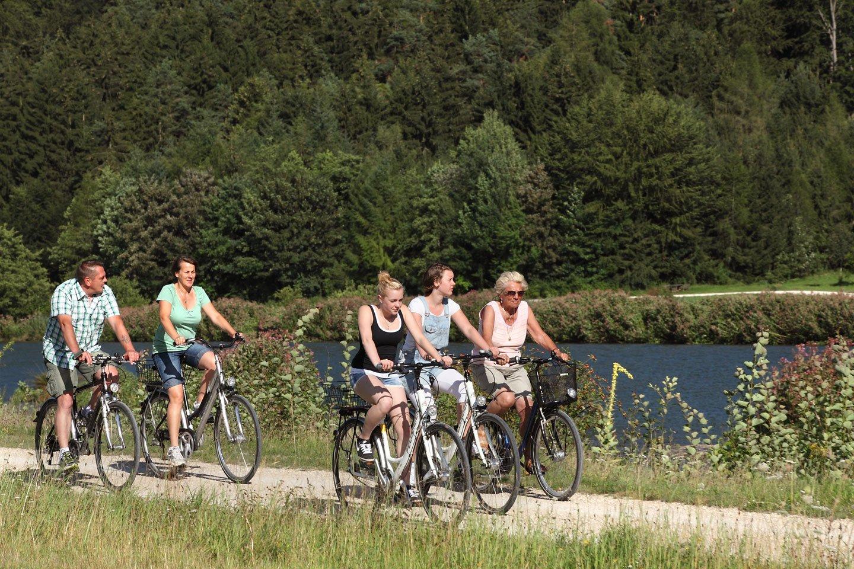 Radeln auf dem Große-Laaber-Radweg zwischen Volkenschwand im Landkreis Kelheim und Straubing