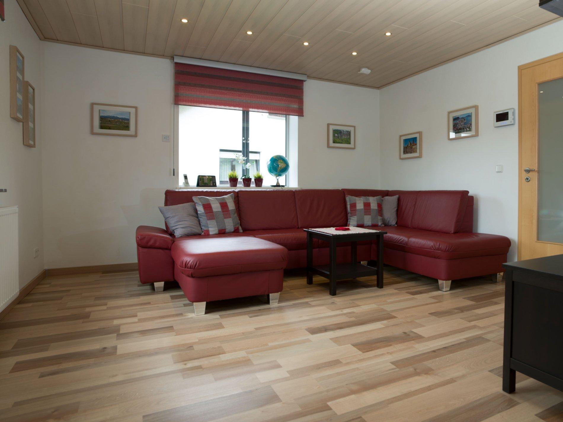 Schwarz-Rote Küche mit Tisch und 4 Stühle auf Laminatboden