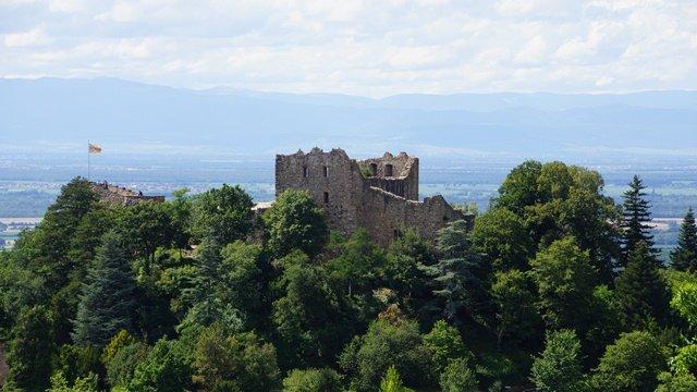 Burg Baden mit Vogesen im Hintergrund