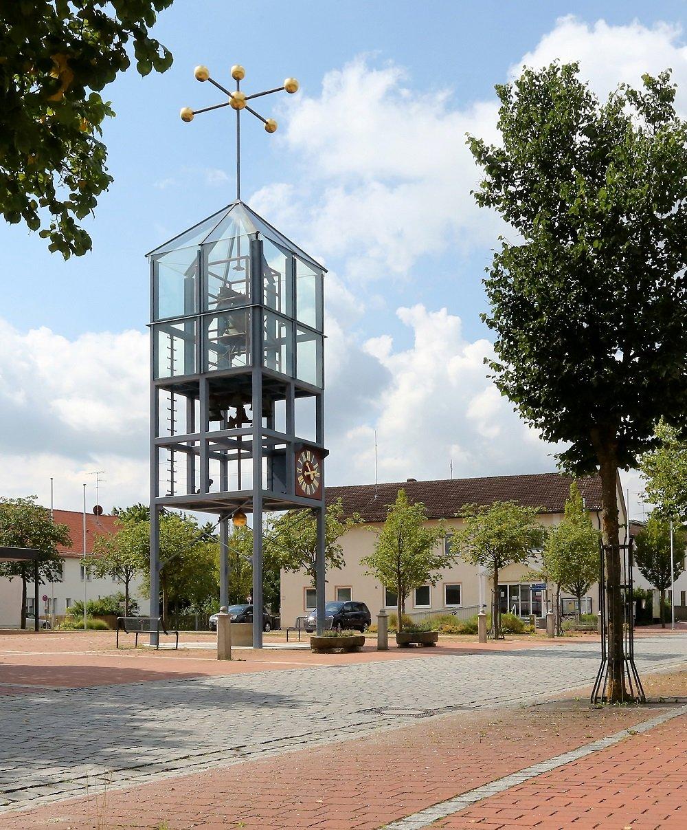 Roter Platz mit Glockenturm in der Dorfmitte in Langenbach