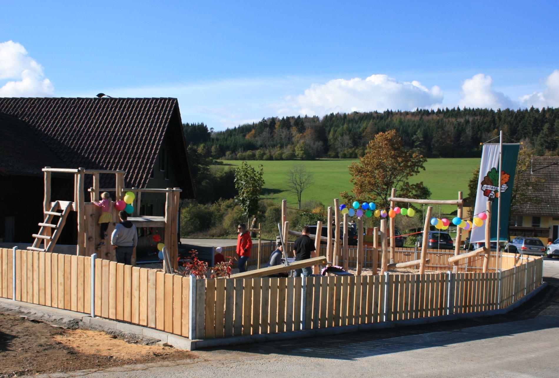 Umzäunter Spielplatz am Wanderheim Nusplingen