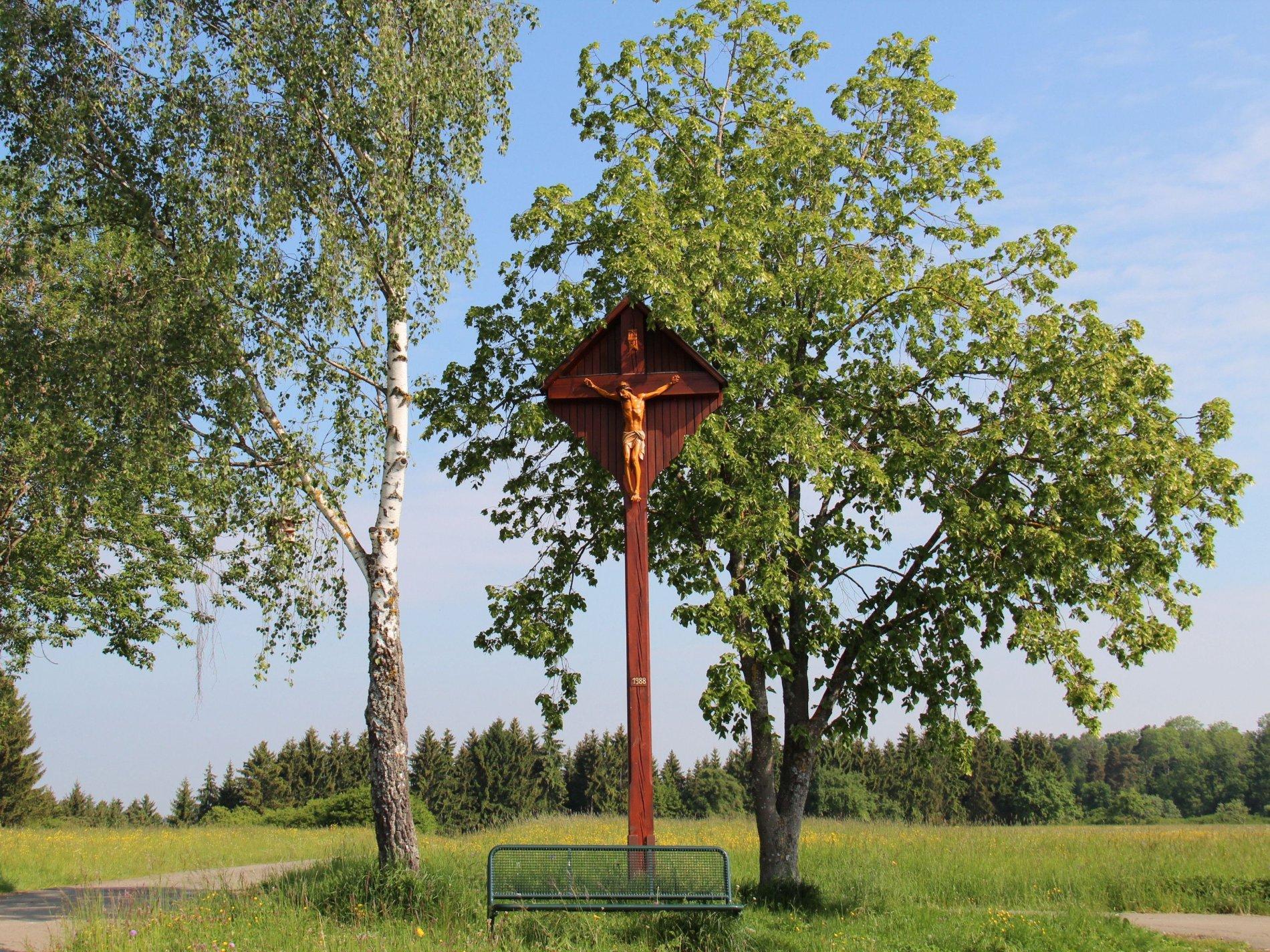 Holzkreuz mit gekreuzigtem Jesus