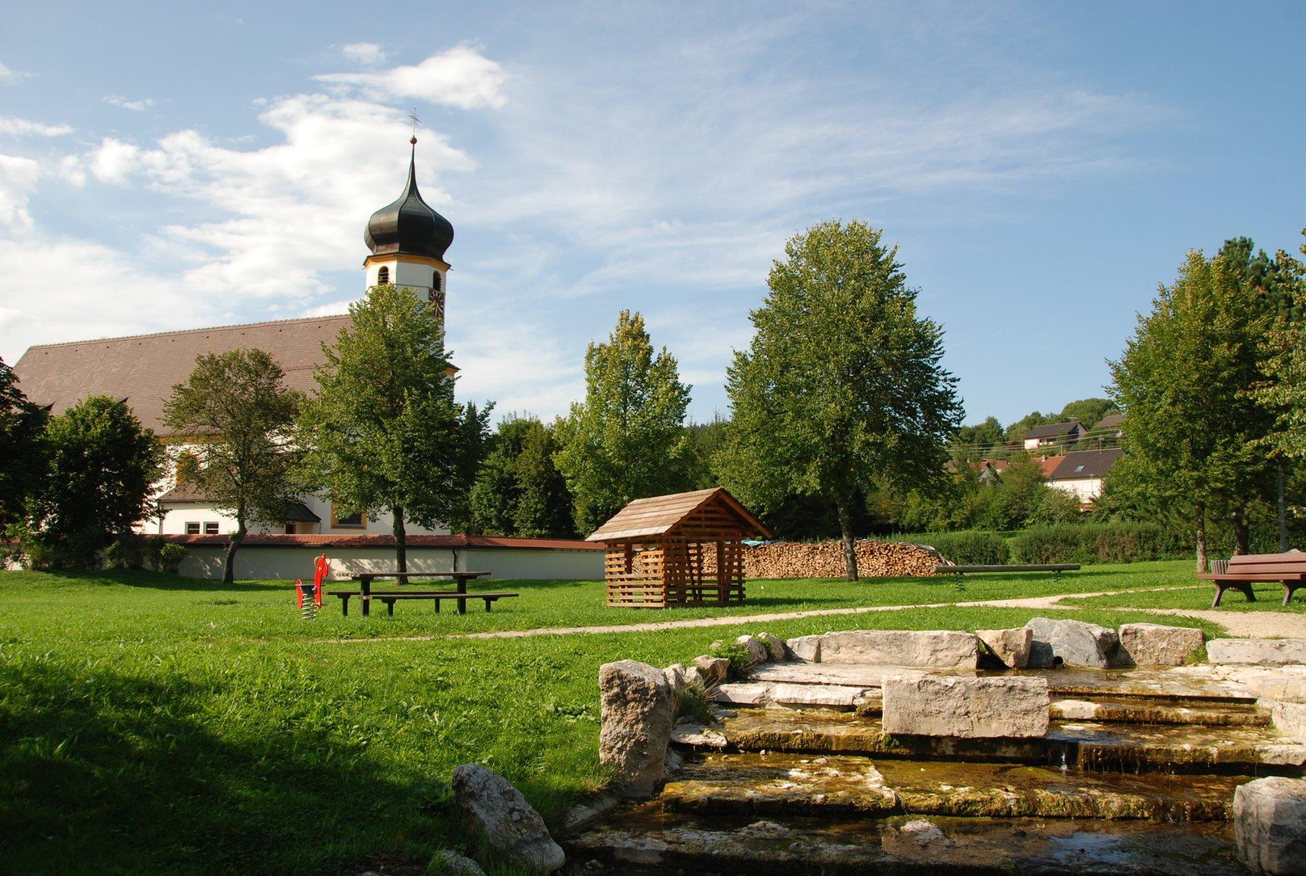 Dorfmitte Unterdigisheim mit Spielplatz und Wassertreppe