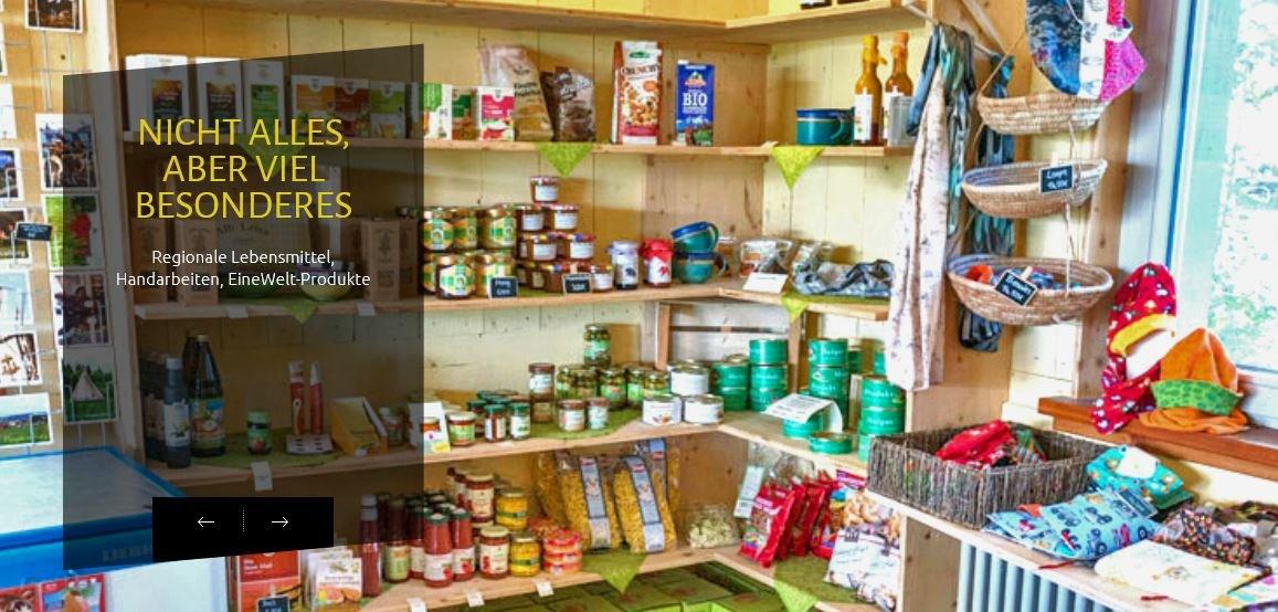In einer Ecke eines Raums ist ein großes Regal mit Produkten.