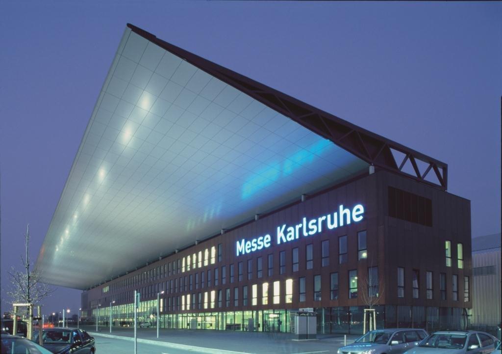 Überdachter Eingangsbereich der Messe Karlsruhe