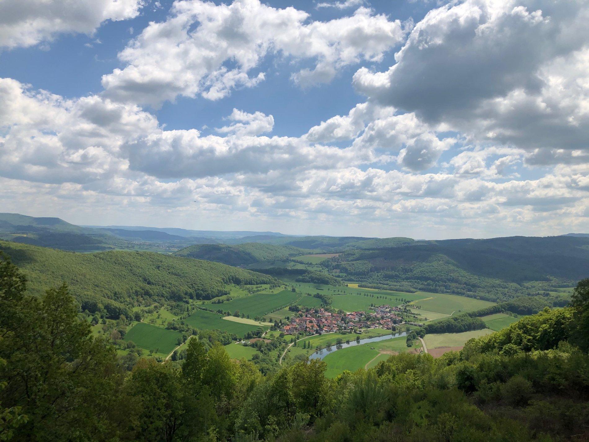Der Lindewerrablick zeigt die Höhenzüge im Osten Hessens
