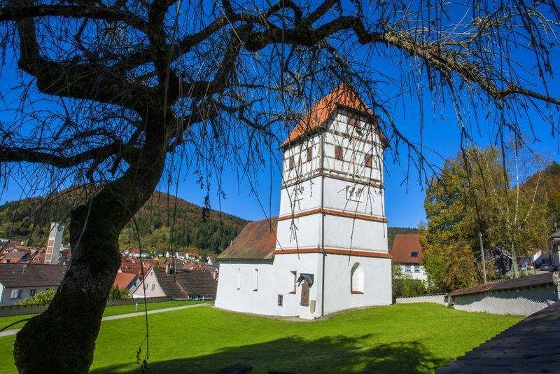 Kirche im Fachwerkstil auf Gras gebaut