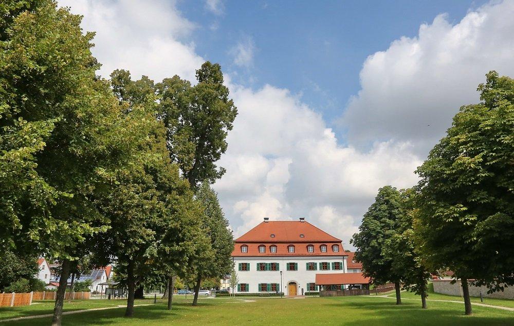 Hofgarten beim Schloß Mauern mit Rathaus