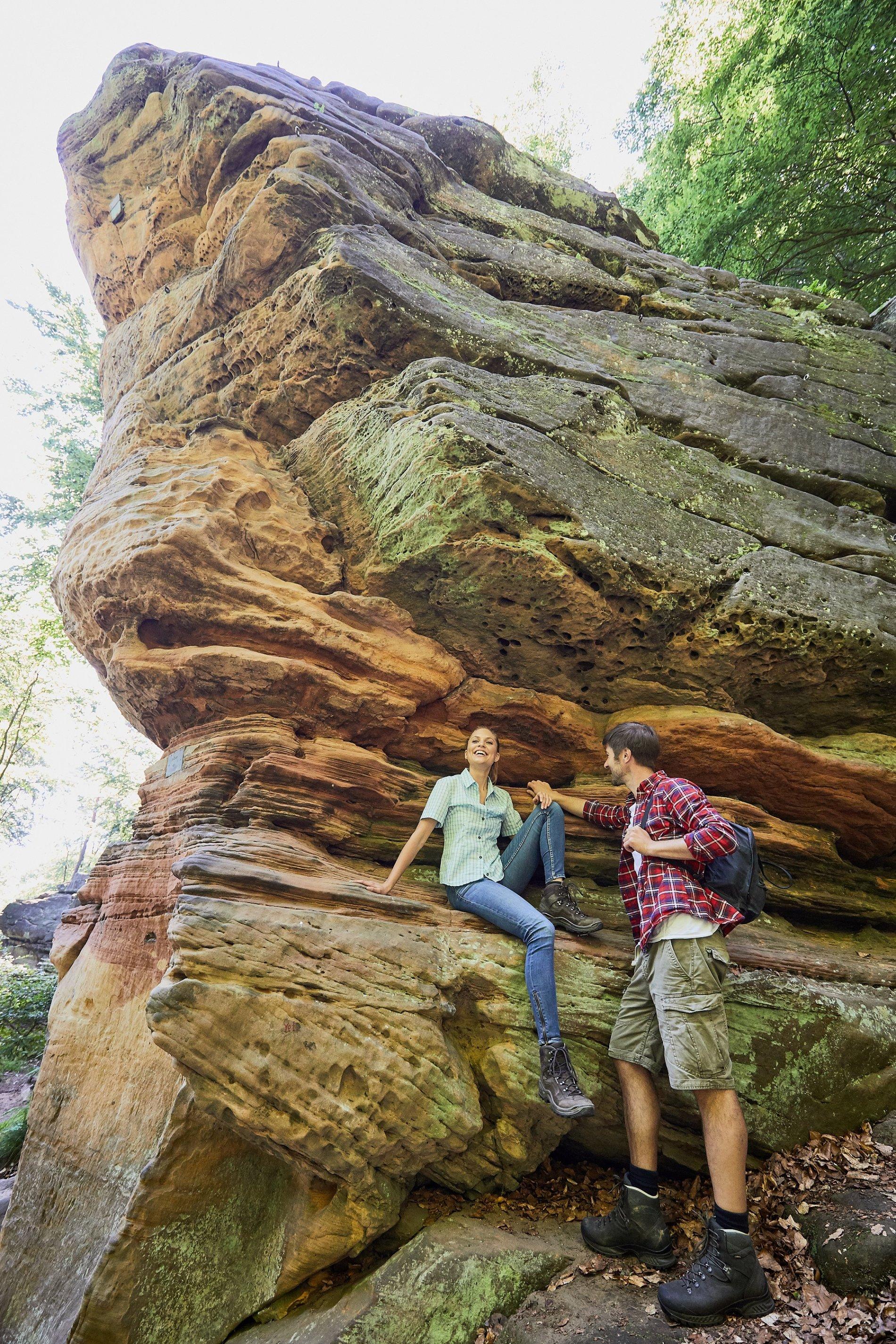Wanderer am Unglücksfelsen im Kirkeler Wald