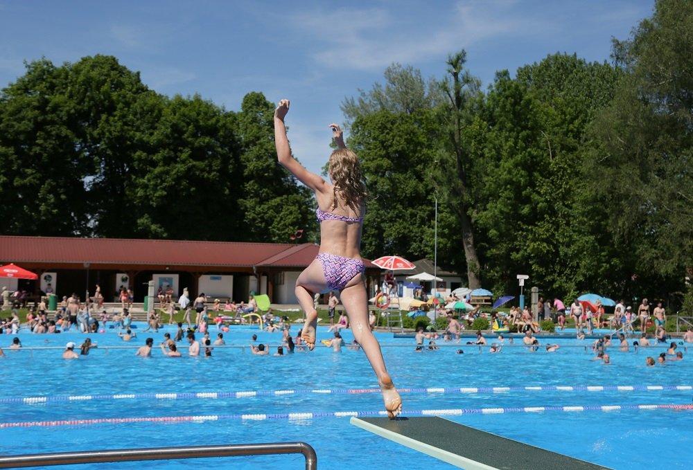 Sprungbrett mit Schwimmerbecken im Freibad Moosburg