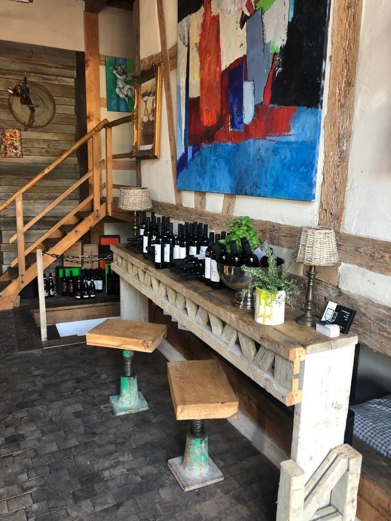 Holzbar mit Hockern und Wein Haus Michael