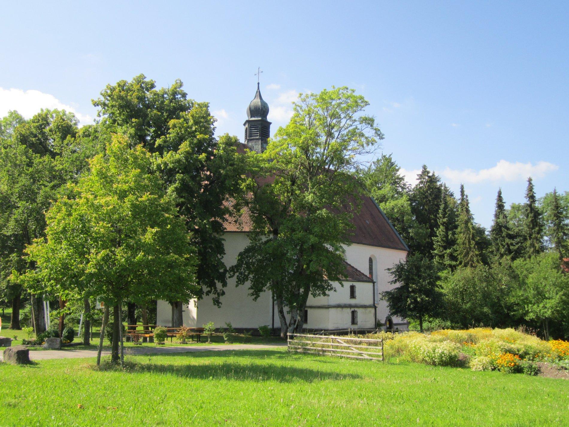 Die Wallfahrtskirche ist halb versteckt durch einige Bäume.