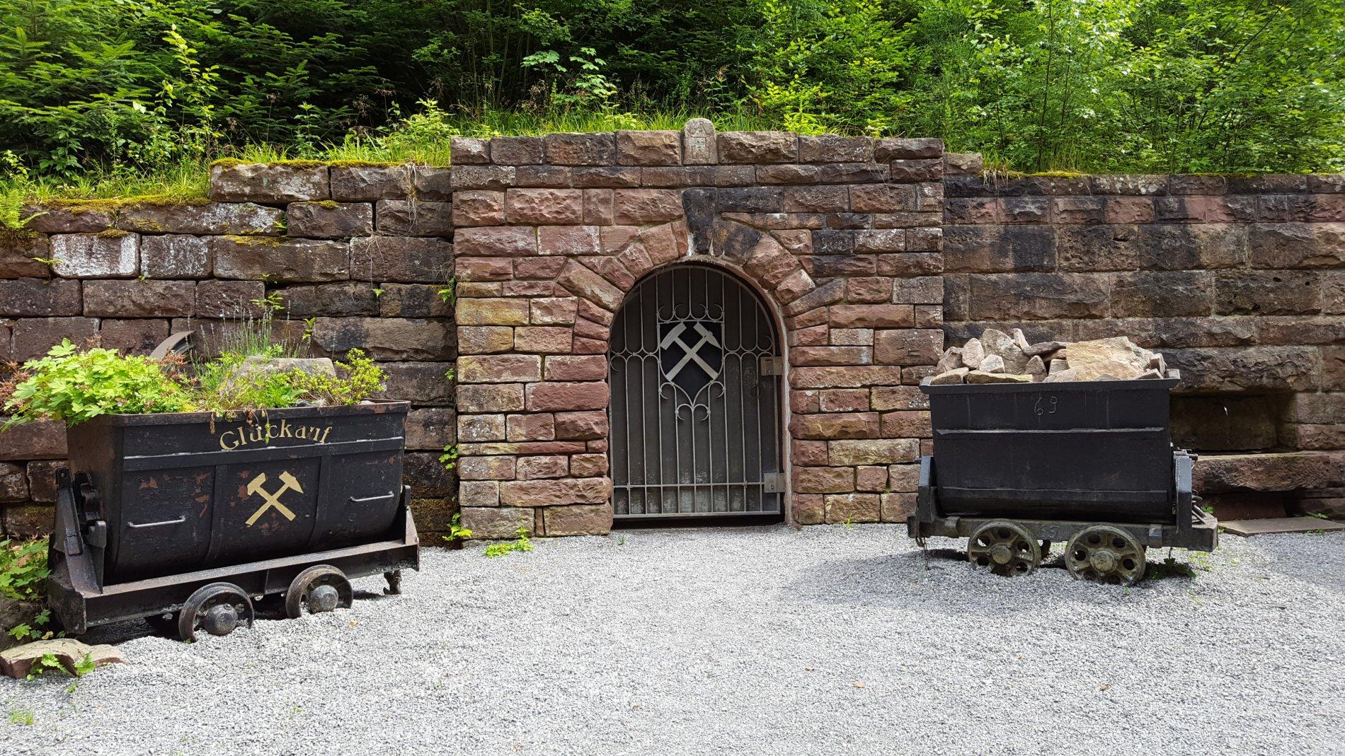 Blick auf den Eingang des Besucherbergwerkes