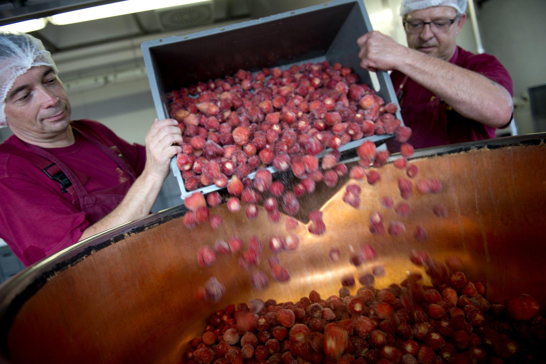 Erdbeeren in Kupferkessel