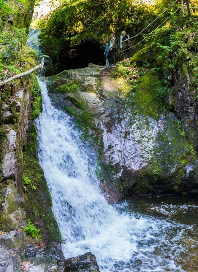 Beim Edelfrauengrab, das namensgebend für die Wasserfälle ist