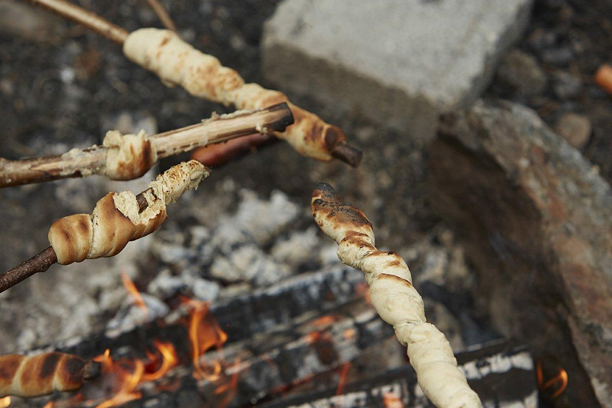 Stockbrot über dem Feuer
