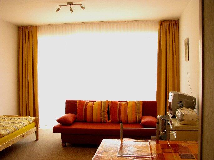 Wohn/Schlafzimmer ind Orangetönen