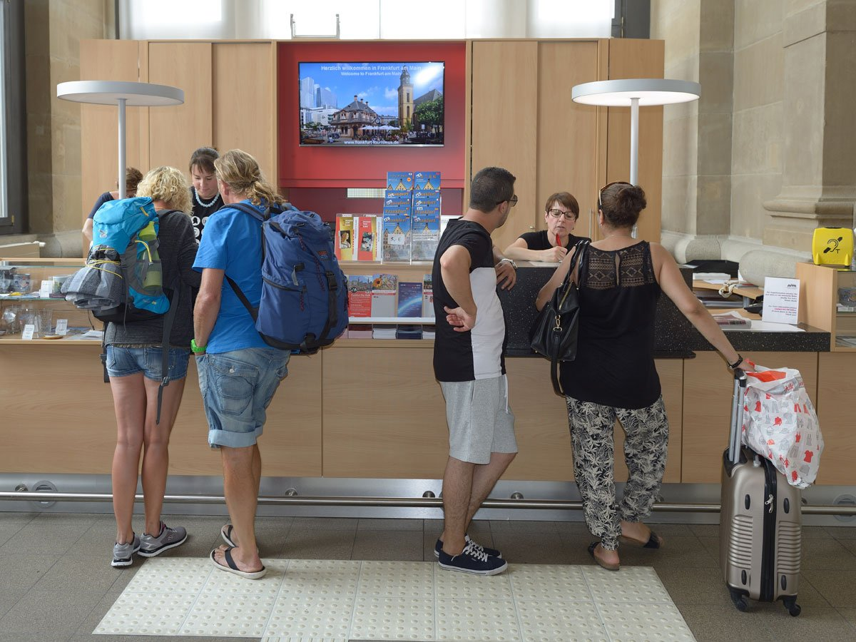 Guests at the Frankfurt Tourist Information Office Central Station