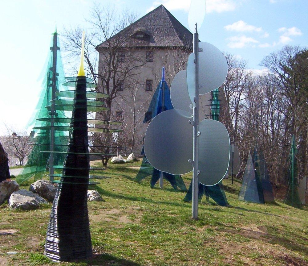 Blick auf den Gläsernen Wald und im Hintergrund das Museum im Fressenden Haus in Weißenstein