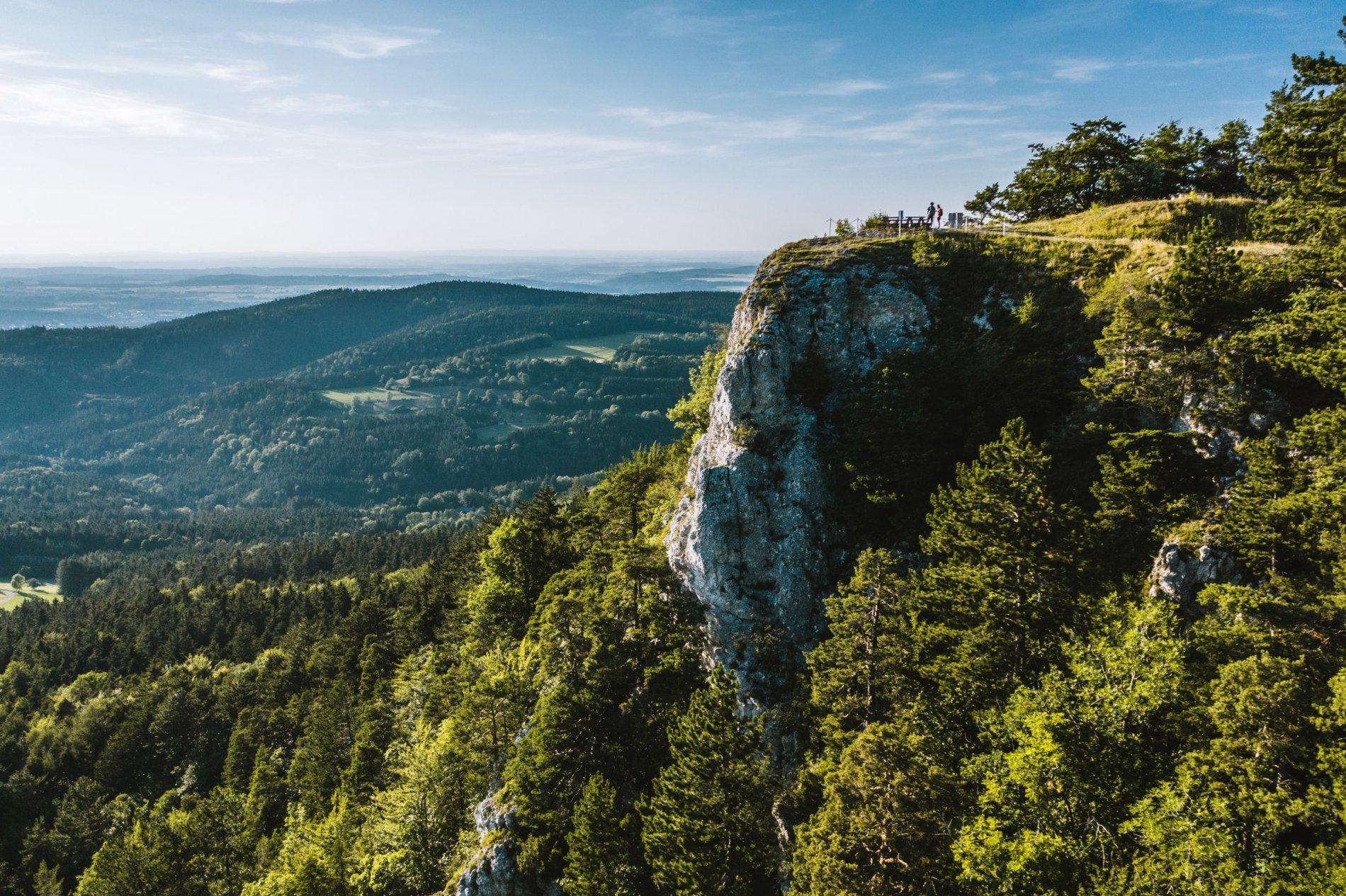 Grandiose Weitblicke vom Aussichtsfelsen Böllat am Traufgang Felsenmeersteig