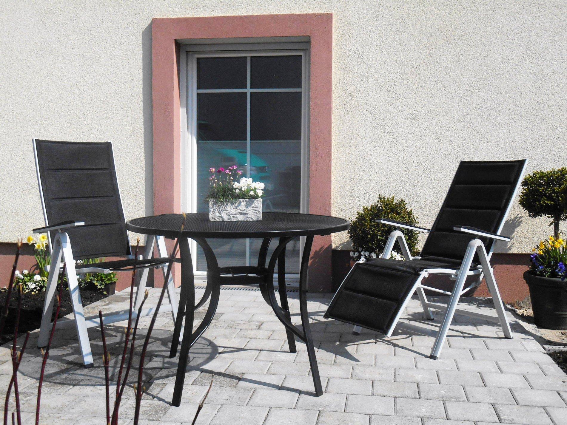 Zwei schwarze Terrassenstühle mit Tisch