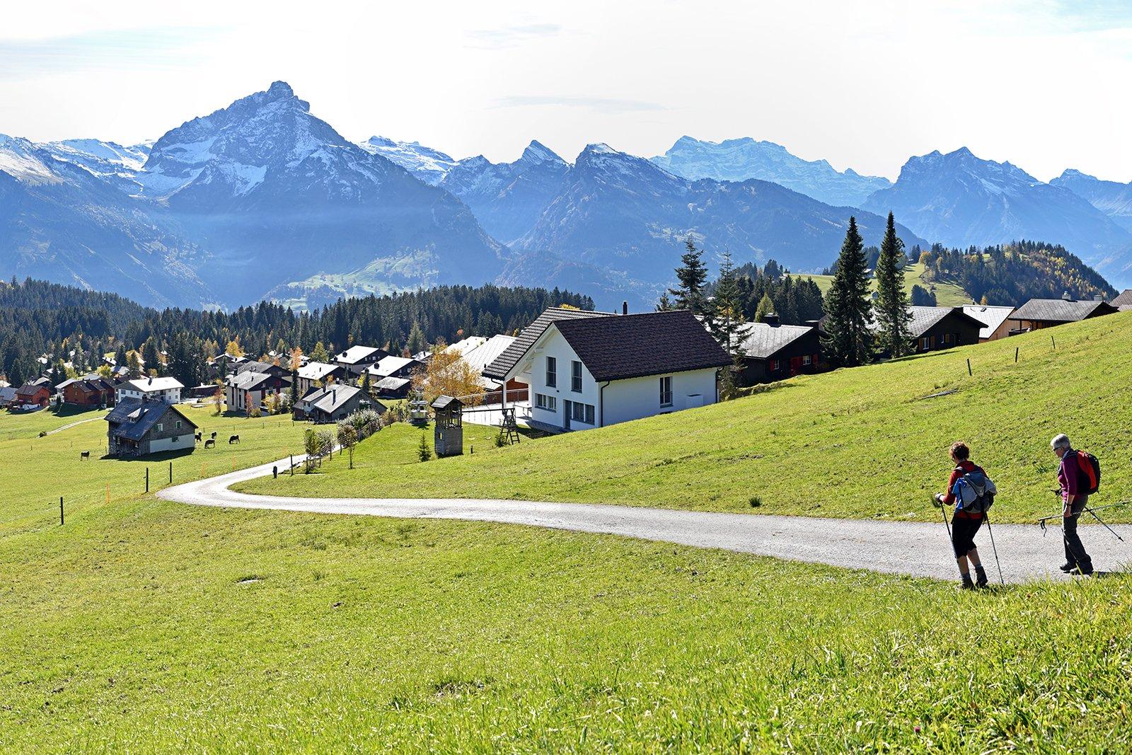 Über dem Arvenbüel bietet sich ein herrlicher Ausblick über den Ort und die Berge