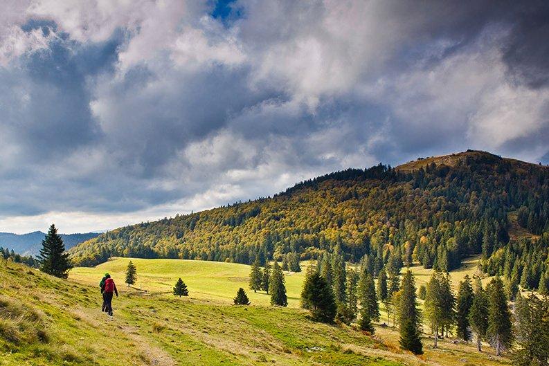 Bernau im Schwarzwald: Blick vom Krunkelbach auf das Herzogenhorn, mit 1415 Metern der zweithöchste Schwarzwaldgipfel und zugleich Hausberg von Bernau (rechts im Bild).