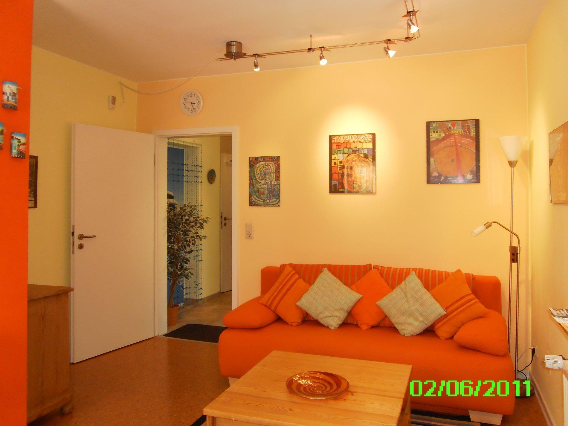 Wohnzimmer mit Sofa, Couchtisch und Fernseher