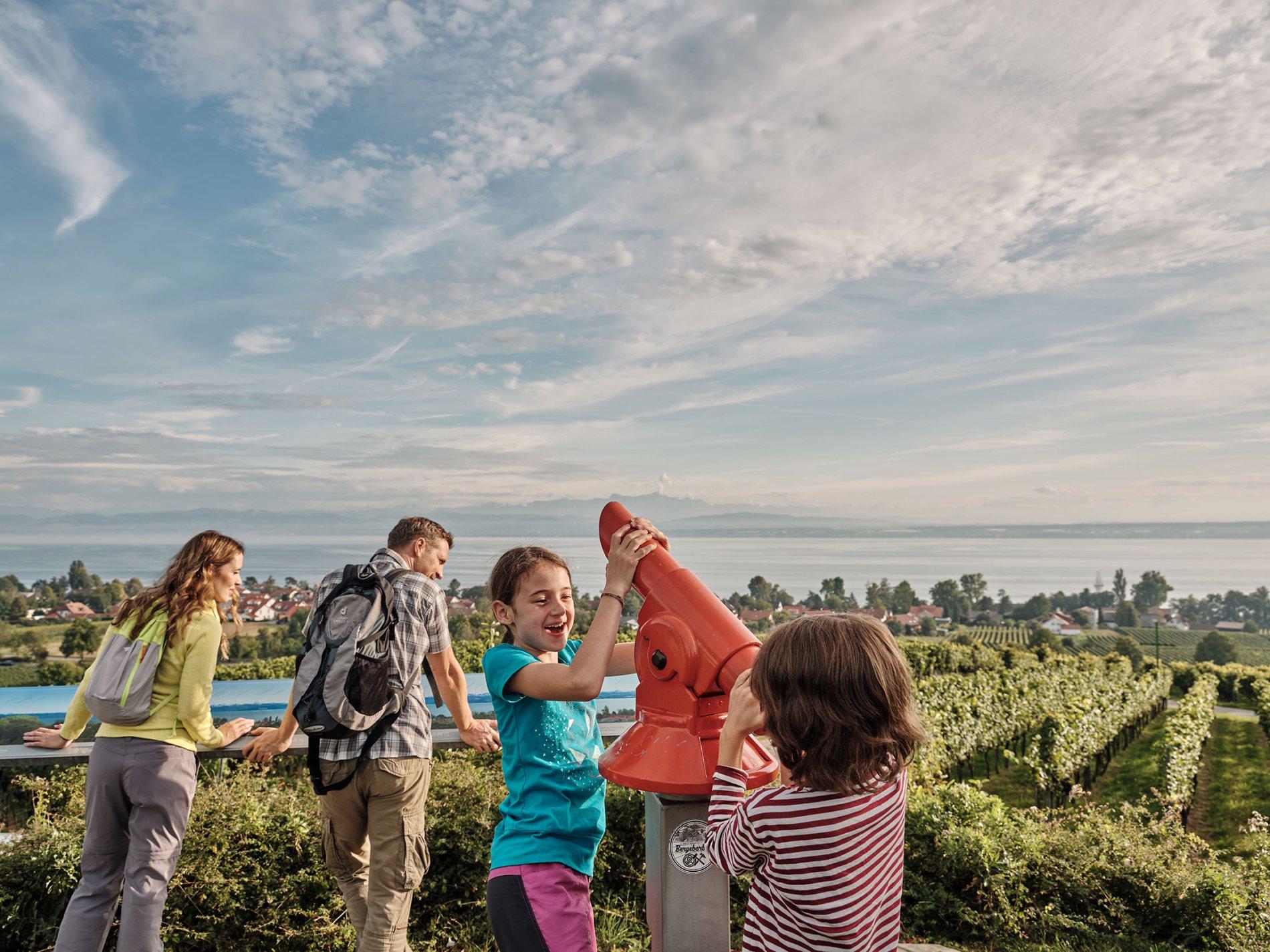 Familie an Panoramatafel auf dem Hohberg mit Aussicht auf den Bodensee