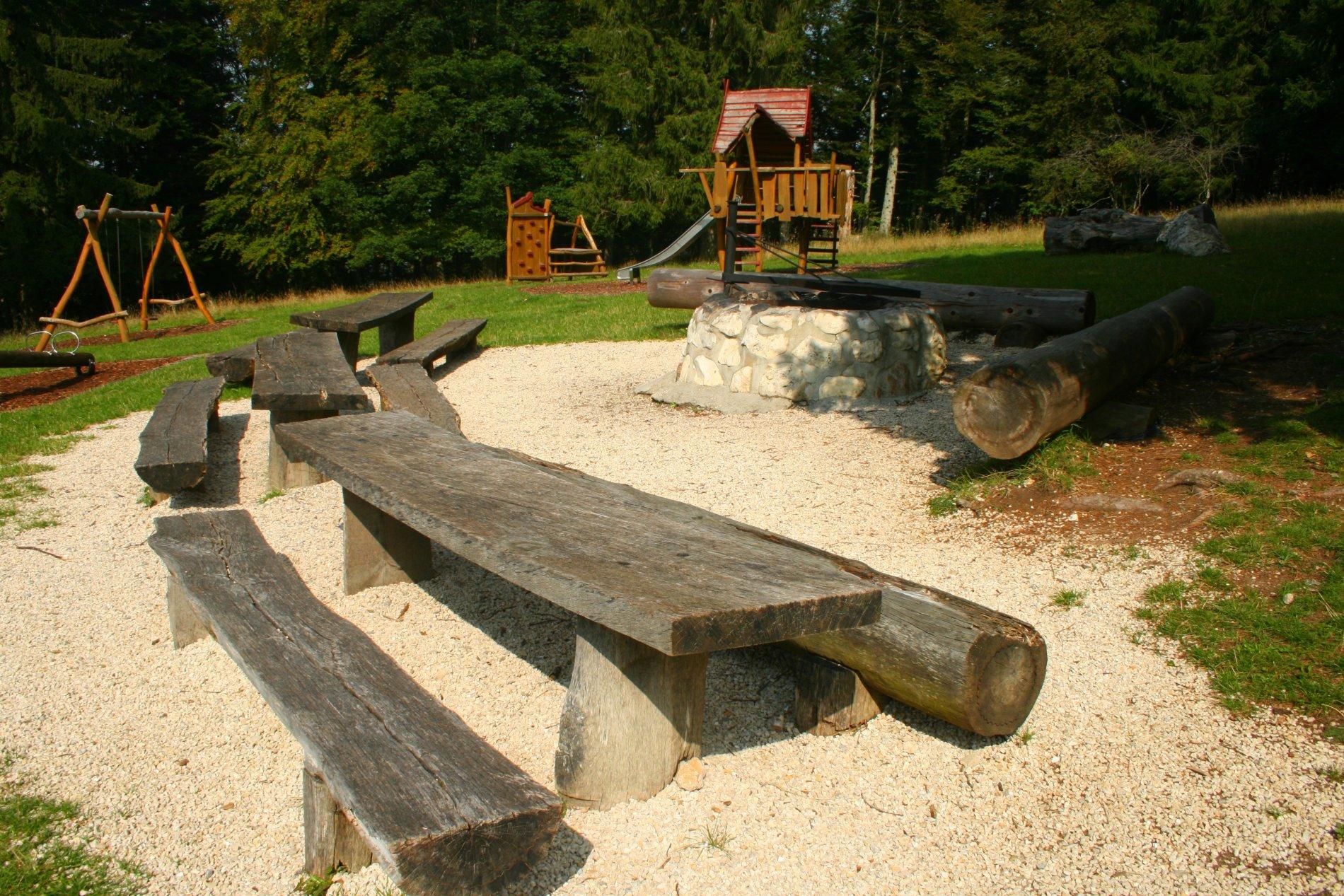 Grill- und Spielplatz mit Sitzmöglichkeiten bei der Plettenberghütte
