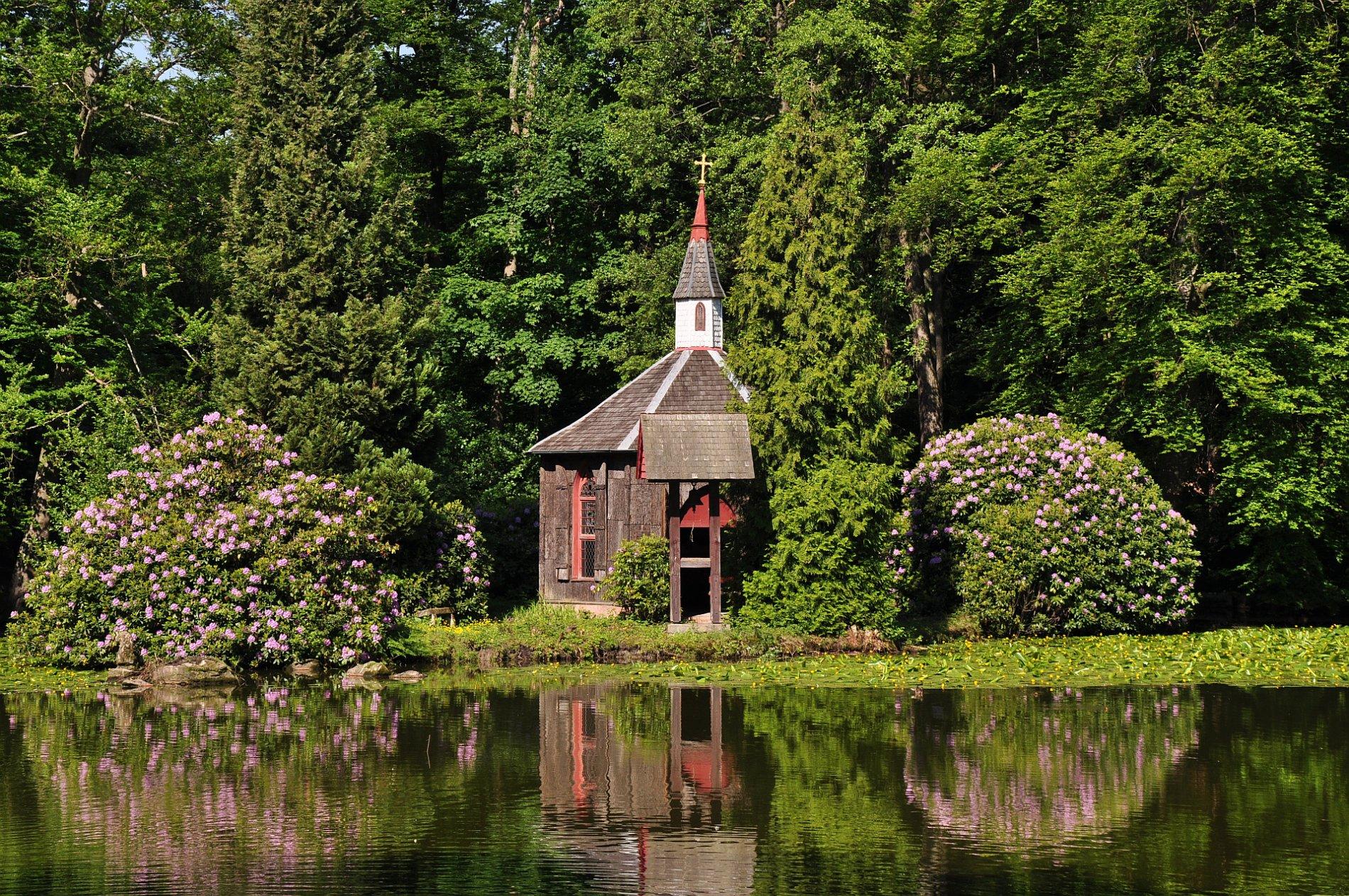 Kapelle und See im Englischen Garten Eulbach