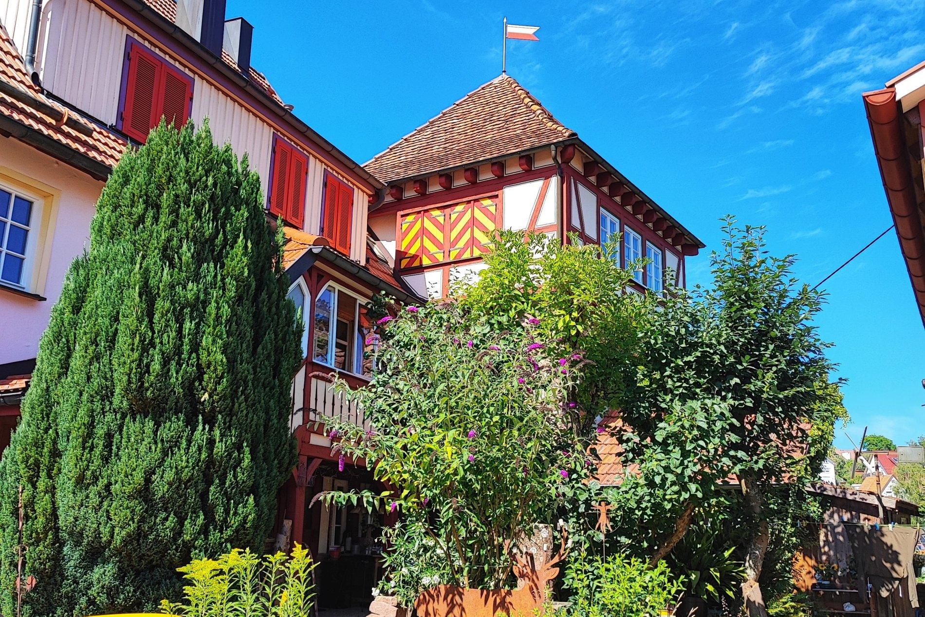 Wehrturm Zavelstein mit Alter Schmiede und Georgskirche im Hintergrund