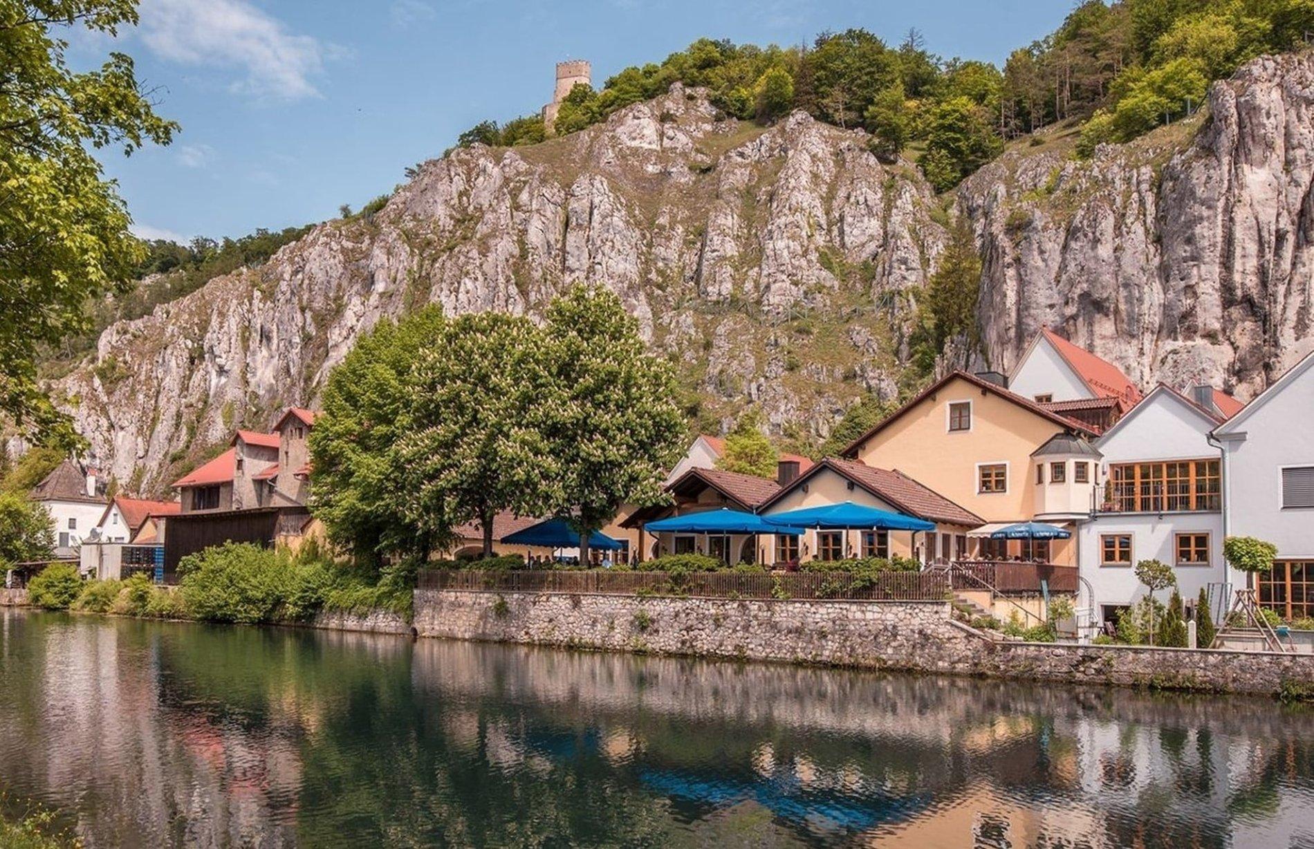 Die Brauerei mit Brauereigasthof und Hotel liegt am Altwasser in Essing.