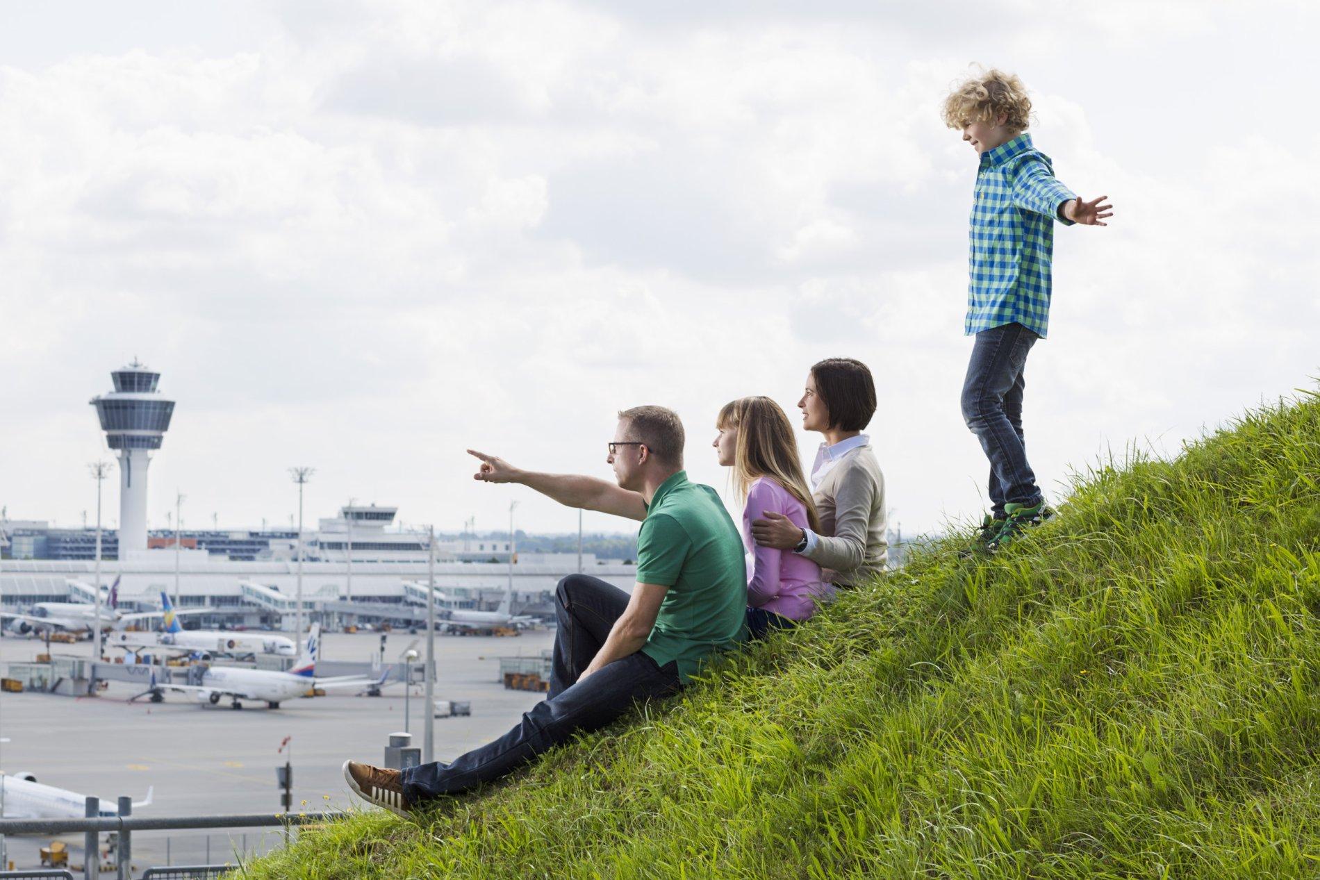 Familie auf dem Besucherhügel im Besucherpark Flughafen München bei Freising
