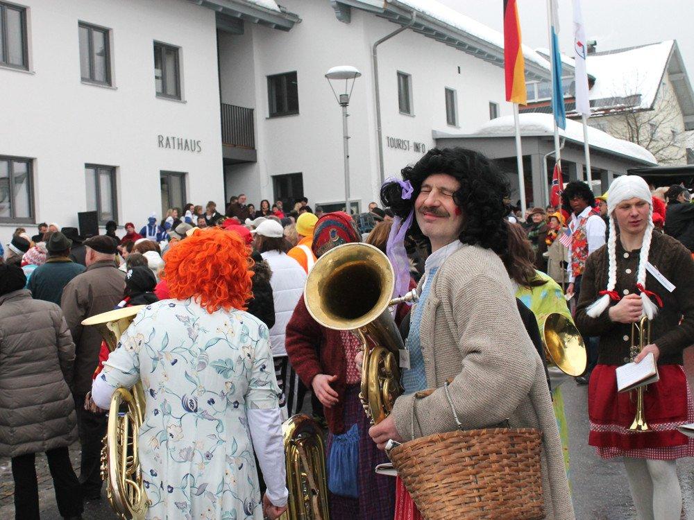 Buntes Treiben vor dem Rathaus beim Faschingszug in Langdorf im ArberLand Bayerischer Wald