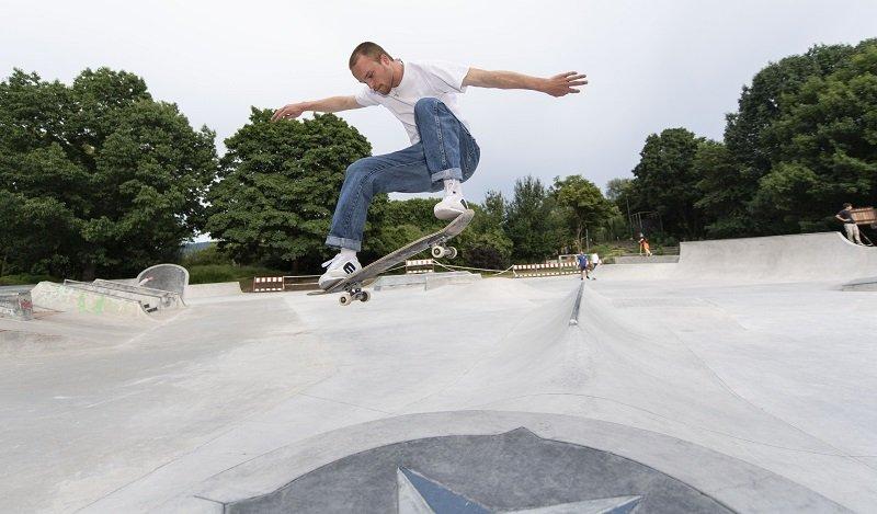 Skateboarder beim Sprung