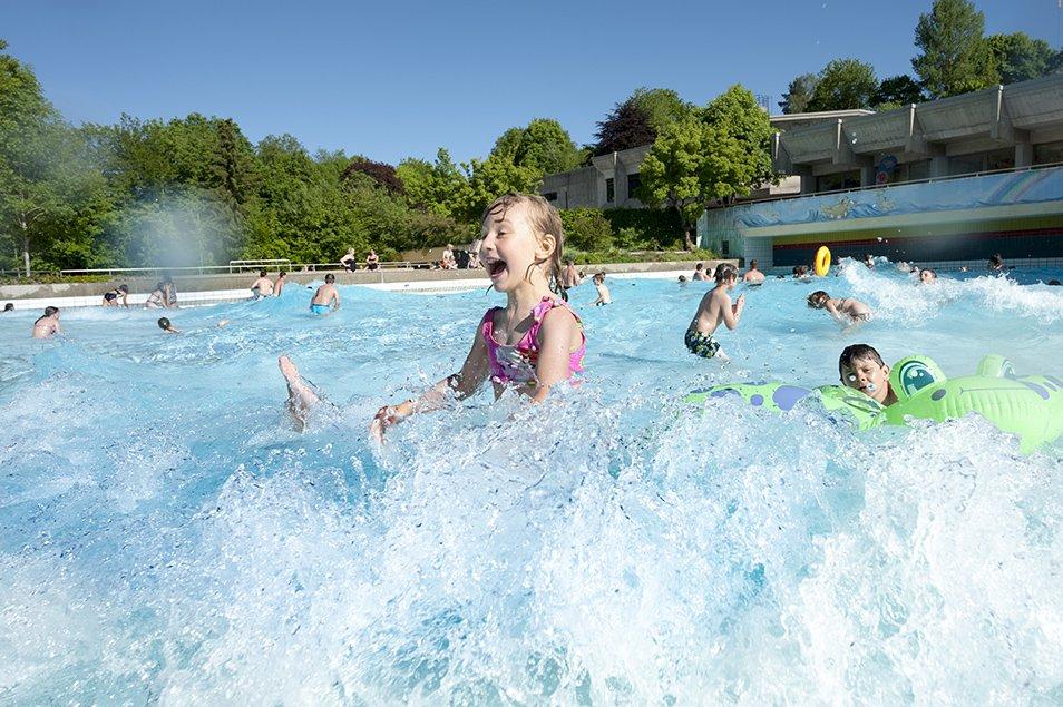 So macht baden Spaß: Im Erlebnisfreibad Bärenwelle mit dem größten Wellenbecken Bayerns