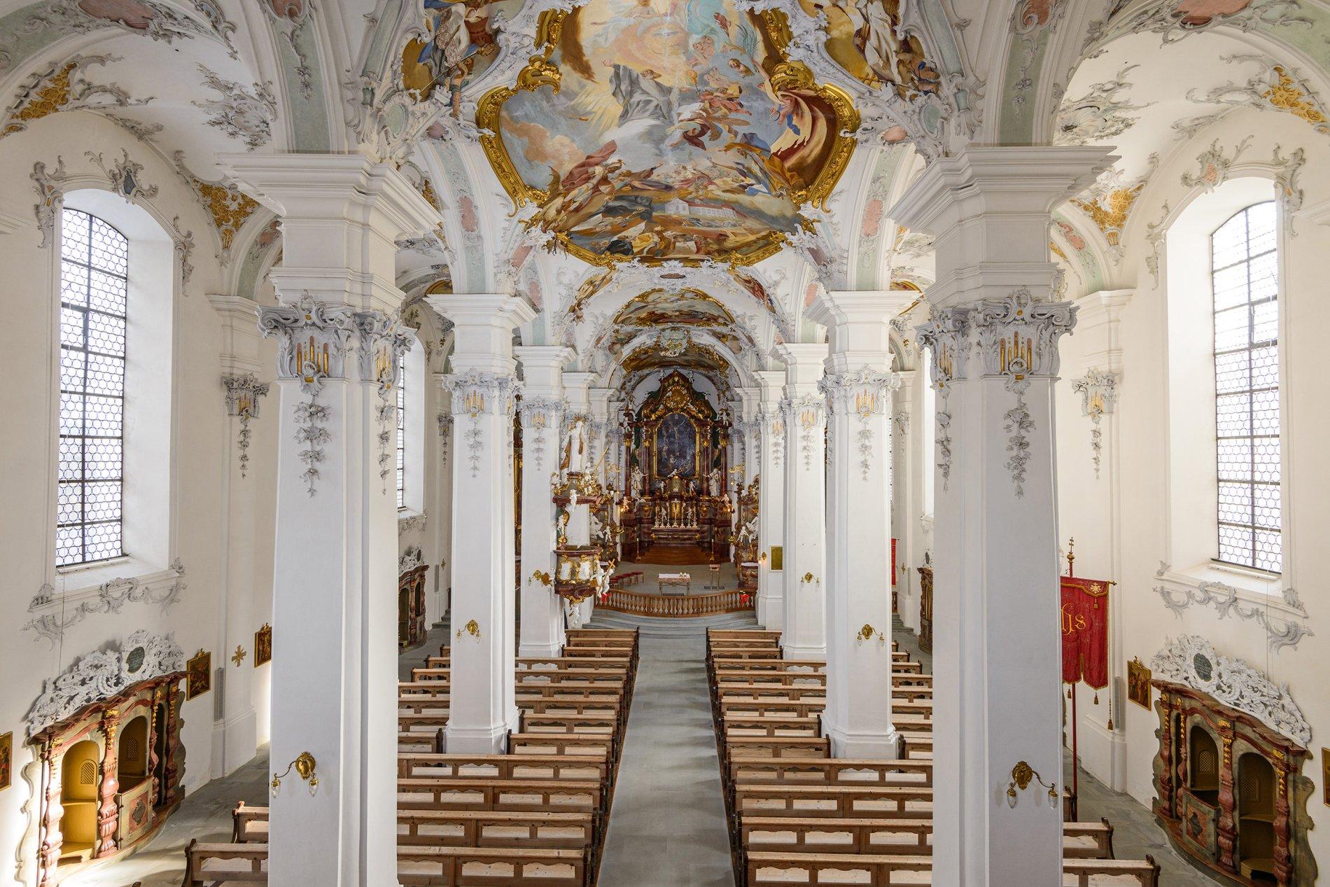 Innenraum mit Blick auf den Hochaltar in St. Georg und Jakobus