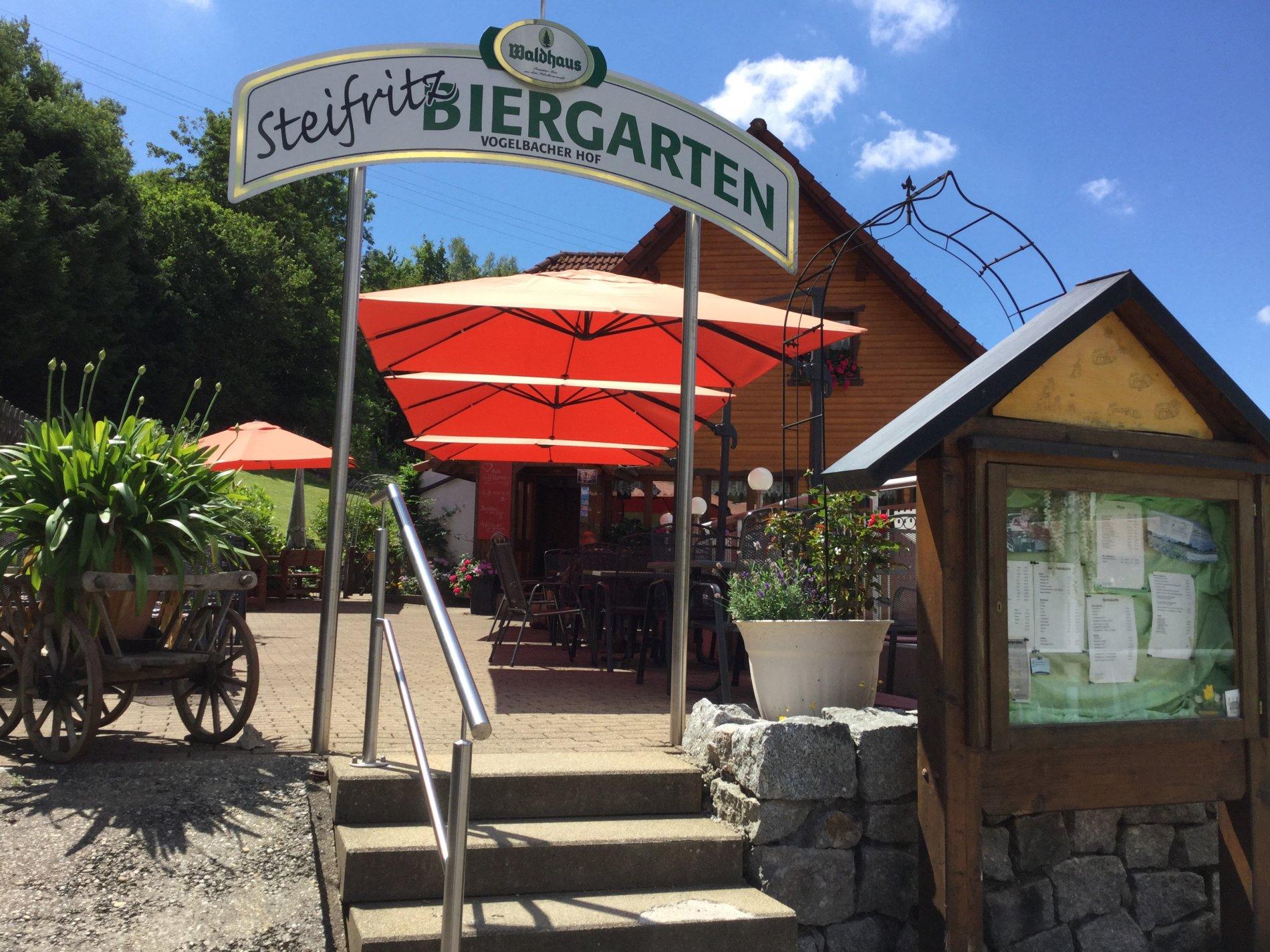 einladender Treppenaufgang zum Biergarten mit Waldhaus Schild