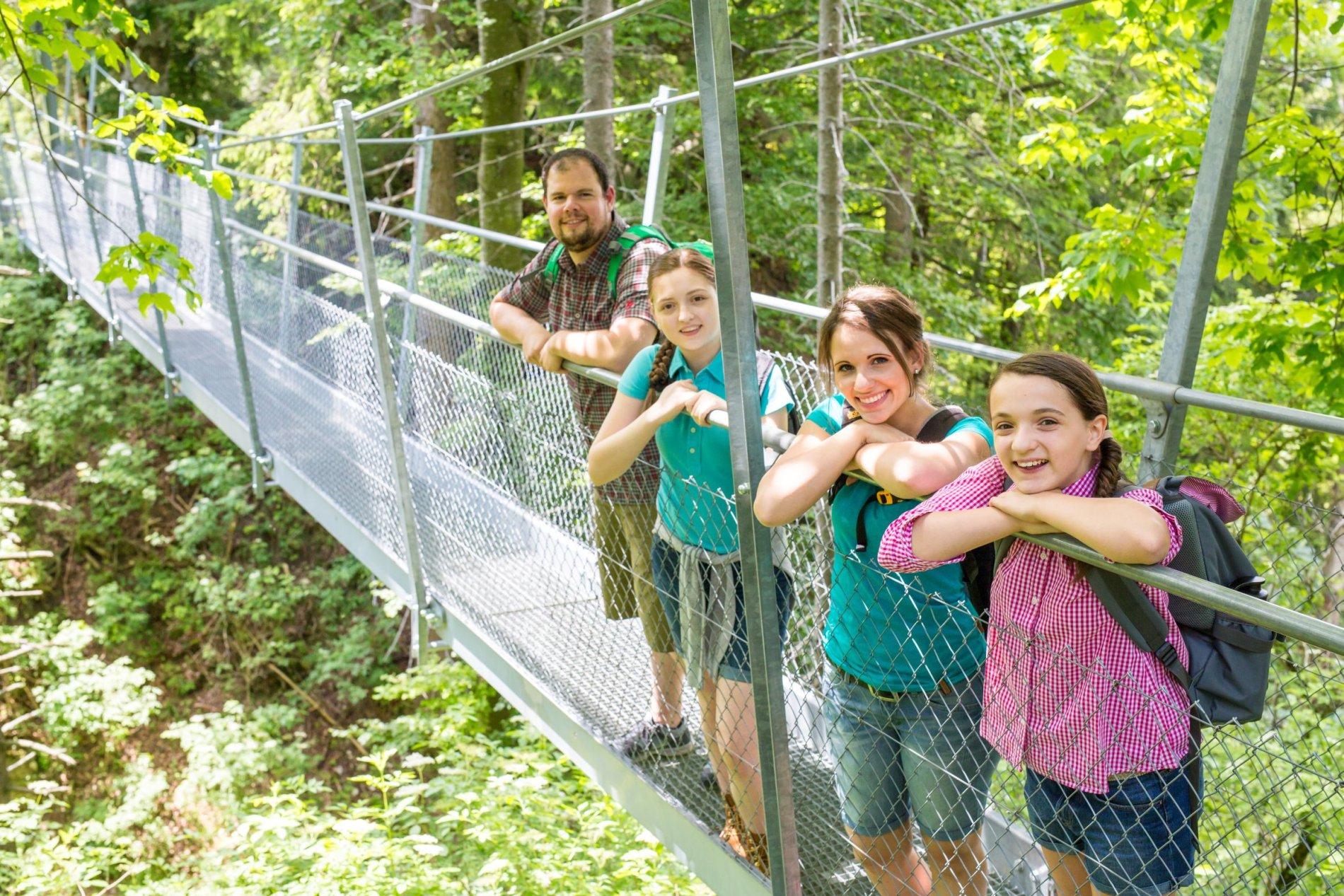 Hängebrücke mit Familie
