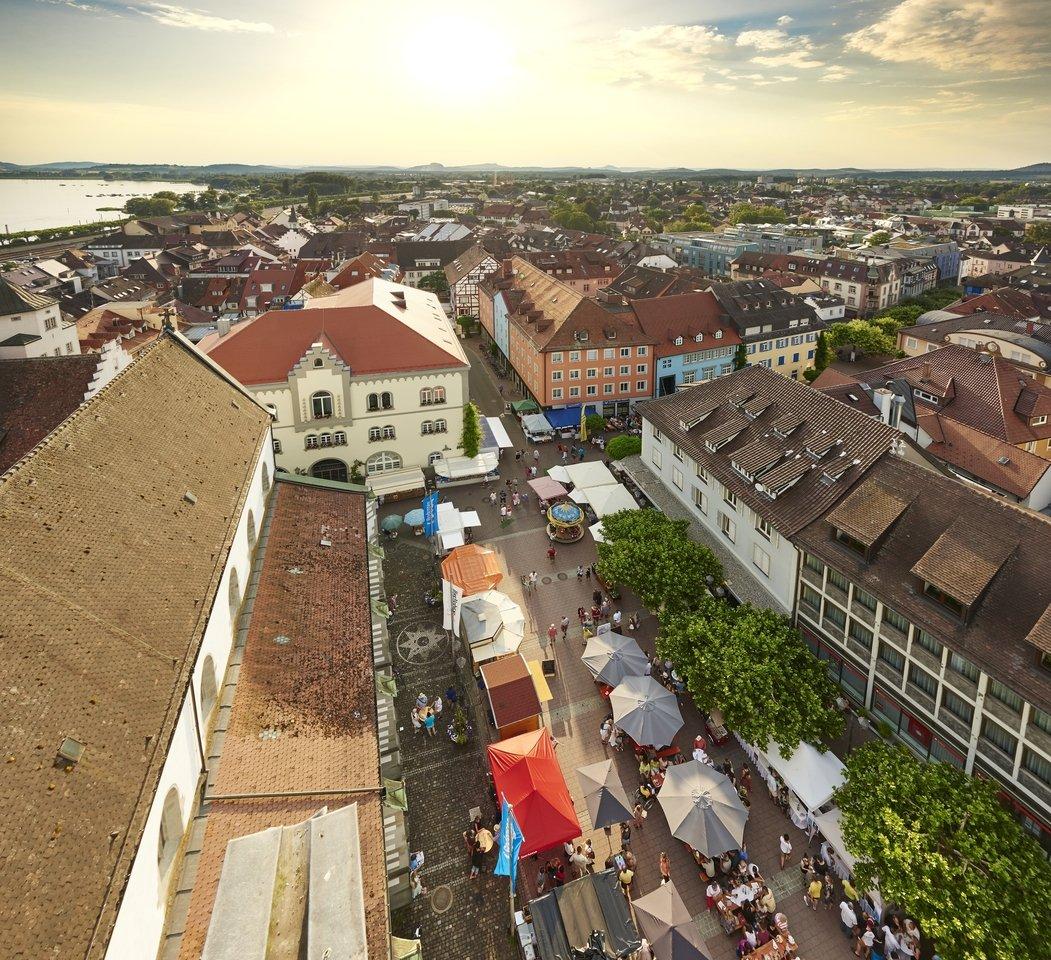 Blick vom Radolfzeller Münster auf den Abendmarkt