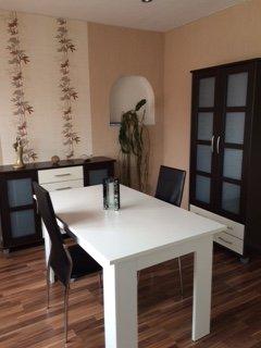 Essbereich mit Tisch, zwei Stühlen, Schrank und Kommode