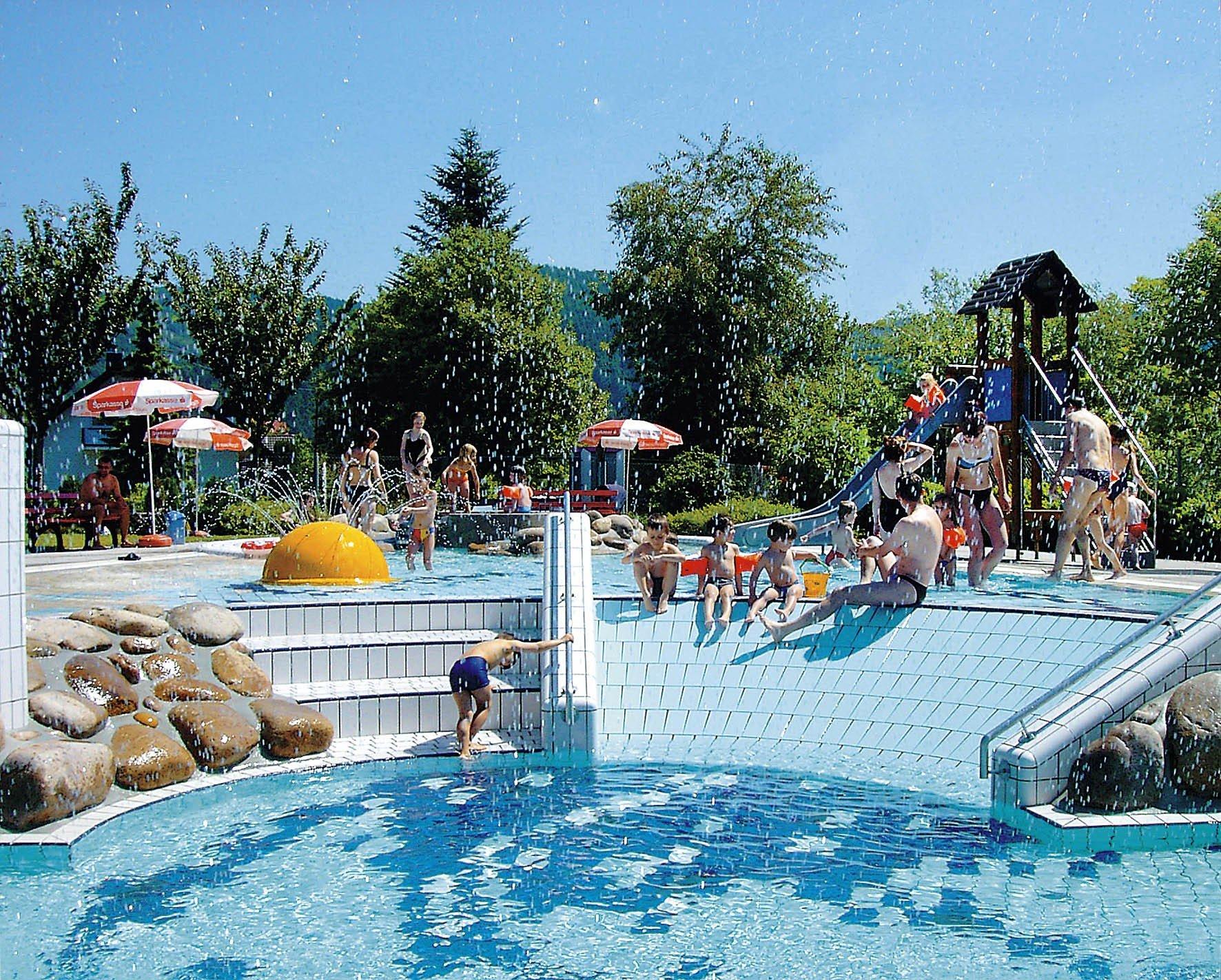 Das beheizte Freibad bietet spaß für Groß und Klein